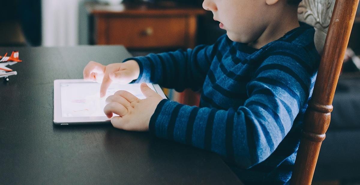 Lapset pelaavat usein Ipadilla. EHYTin verkkovanhempaillassa keskustellaan helmikuussa pelikasvatuksesta.