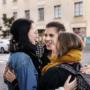 Kolme nuorta halaa kadulla