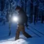 En man skidar.