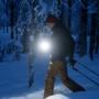 Mies hiihtämässä pimeässä.