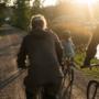 Perhe pyöräilemässä rantatiellä.
