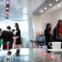 Ihmisiä tapahtuman kahvitauolla.