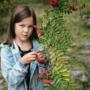 En flicka och ett rönn träd.