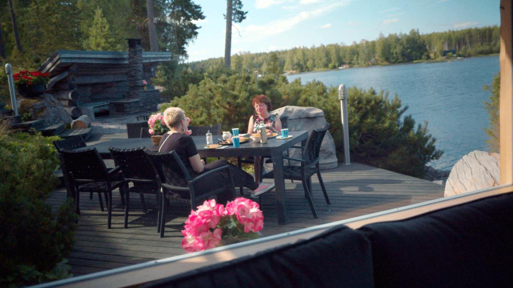 Murusena toimiva nettimummo ja Murusten projektipäällikkö Iia Haavanoksa juttelevat kahvin äärellä.